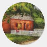 País - granja - una pequeña casa de la granja pegatina redonda