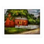 País - granja - una pequeña casa de la granja postal