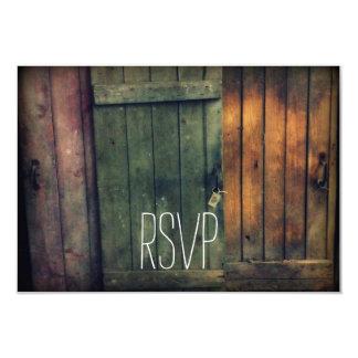 País rústico de las puertas de madera viejas que invitación 8,9 x 12,7 cm