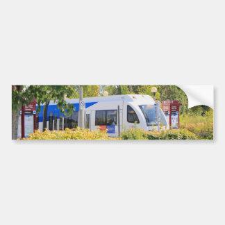 Paisaje a través visto tren ligero del carril etiqueta de parachoque