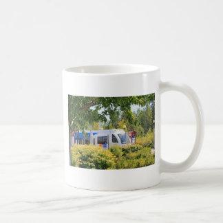 Paisaje a través visto tren ligero del carril taza de café