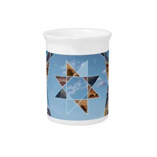 Paisaje abstracto con formas geométricas jarras para bebida