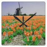 Paisaje anaranjado de los molinoes de viento de lo reloj de pared