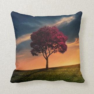 Paisaje asombroso con un árbol rojo en la puesta cojines