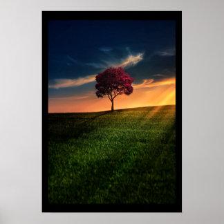 Paisaje asombroso con un árbol rojo en la puesta póster