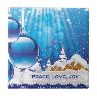 Paisaje azul del invierno y bolas del navidad de e azulejo cuadrado pequeño