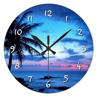 Paisaje azul rosado bonito de la puesta del sol de reloj redondo grande