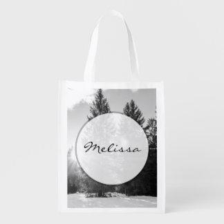 Paisaje blanco y negro del bosque del invierno bolsas de la compra