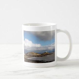 Paisaje costero y faro taza de café