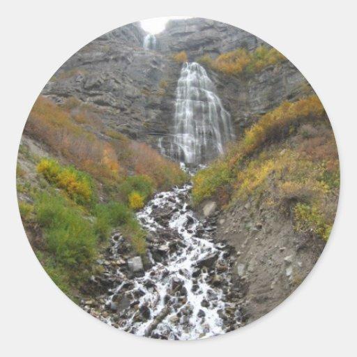 paisaje de la cascada pegatina redonda