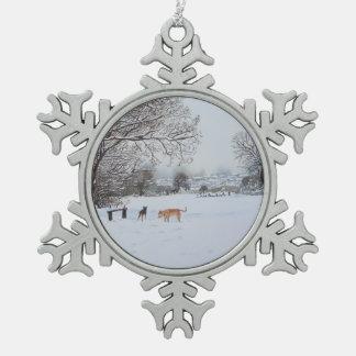 Paisaje de la escena de la nieve del perro del adorno de peltre en forma de copo de nieve