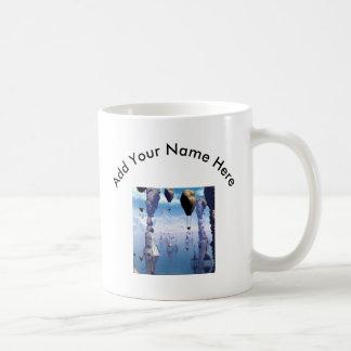 Paisaje de la fantasía con la casa y el zepelín de taza de café