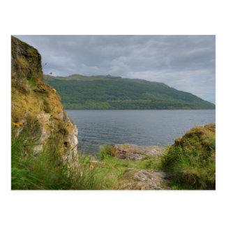 Paisaje de la línea de la playa de Loch Lomond Tarjeta Postal