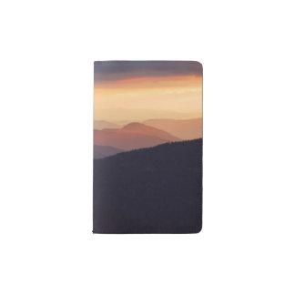 Paisaje de la montaña con una puesta del sol funda para libreta y libreta pequeña moleskine