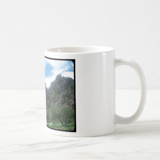 Paisaje de la montaña tazas de café