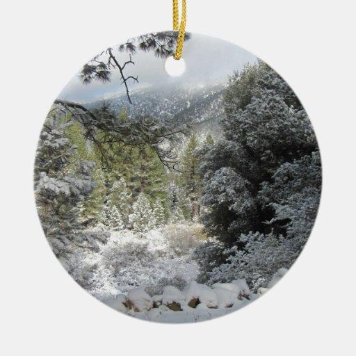 Paisaje de la nieve de la montaña adorno redondo de cerámica