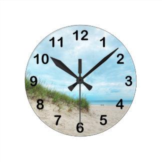 Paisaje de la playa del lago Michigan Reloj Redondo Mediano