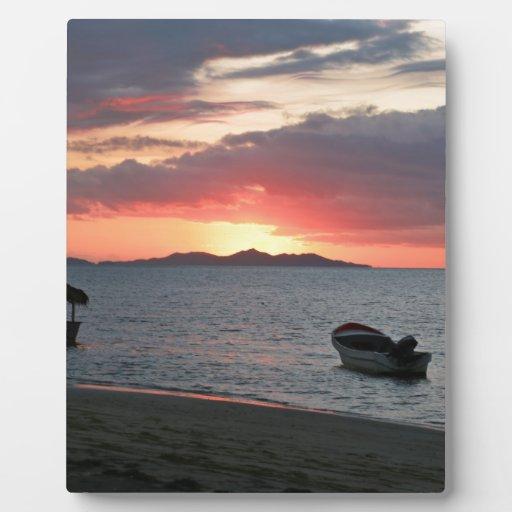 Paisaje de la puesta del sol del océano placas de madera