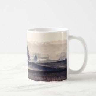 Paisaje de niebla de los campos taza de café