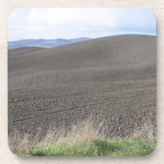 Paisaje de Toscana del invierno con los campos Posavasos De Bebidas