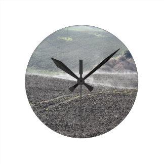 Paisaje de Toscana del invierno Reloj Redondo Mediano