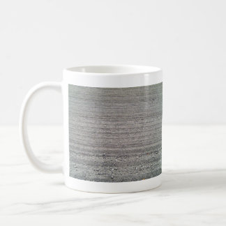 Paisaje del campo arado con el modelo de las filas taza de café