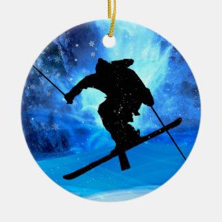 Paisaje del invierno y esquiador del estilo libre ornamente de reyes