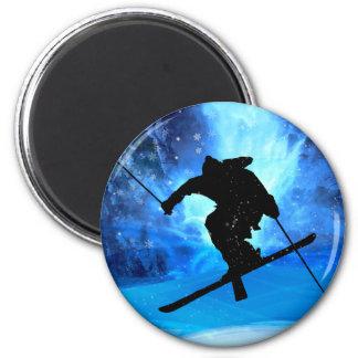 Paisaje del invierno y esquiador del estilo libre imán redondo 5 cm