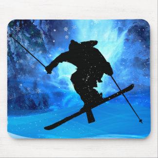 Paisaje del invierno y esquiador del estilo libre tapete de raton
