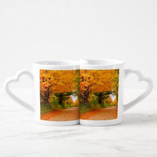 Paisaje del otoño de árboles en zonas rurales taza para enamorados