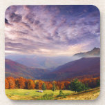 Paisaje del otoño de la montaña con el bosque 2 posavasos de bebidas