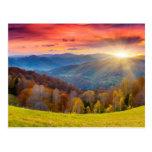 Paisaje del otoño de la montaña con el bosque postal