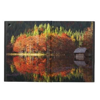 Paisaje del otoño en un lago