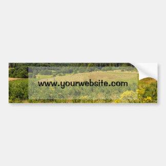 Paisaje del prado, colinas verdes y cielo azul pegatina para coche