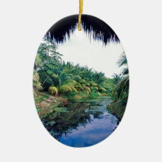 Paisaje del río de la selva del Amazonas Adorno Navideño Ovalado De Cerámica