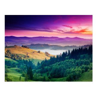 Paisaje fantástico de la montaña de la mañana. tarjetas postales