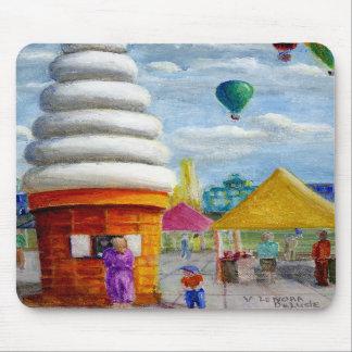 Paisaje gigante del carnaval del cono de helado alfombrillas de ratones