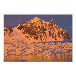 paisaje glacial congelado de la montaña a lo largo fotografías