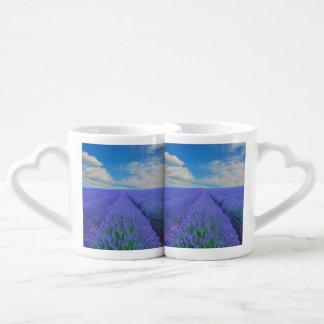 Paisaje hermoso de los campos de la lavanda tazas para enamorados
