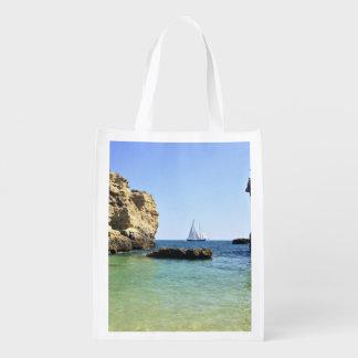 paisaje hermoso del barco de vela entre las rocas bolsa de la compra