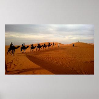 Paisaje hermoso del desierto de la caravana del póster