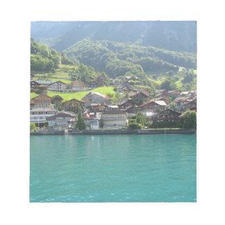 Paisaje hermoso en el lago Thun en Suiza Blocs