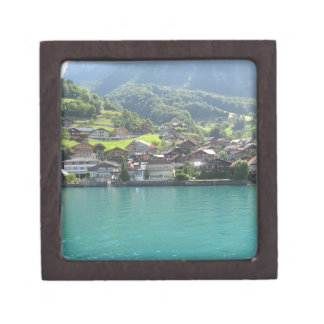 Paisaje hermoso en el lago Thun en Suiza Cajas De Regalo De Calidad