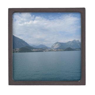 Paisaje hermoso en el lago Thun en Suiza Caja De Recuerdo De Calidad