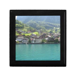 Paisaje hermoso en el lago Thun en Suiza Cajas De Joyas