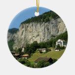 Paisaje hermoso en las montañas suizas ornamente de reyes