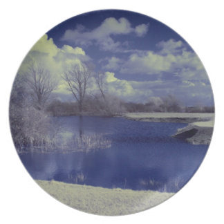 Paisaje infrarrojo en azul con el lago platos de comidas