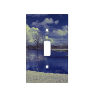 Paisaje infrarrojo en azul con el lago tapas para interruptores