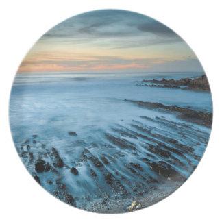 Paisaje marino azul en la puesta del sol, platos de comidas