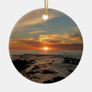 Paisaje marino de la puesta del sol II California Adorno Navideño Redondo De Cerámica